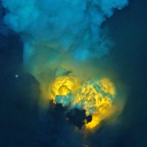Dybt nede i Jordens, langt under havenes bund, hvor denne lave kommer frem, er der stadig store søer af den tidlige Jords globale lavaocean. Foto: NSF/NOAA