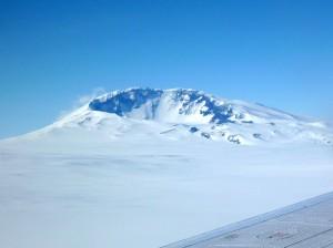 Under isen på Vestantarktis står der en aktiv vulkan, viser ny forskning. Foto: Doug Wiens.