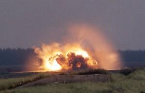 En 2.000 punds bombe fra et F16-fly laver hurtigt en ny sø i Oksbøl øvelsesterræn. Foto: Arkiv