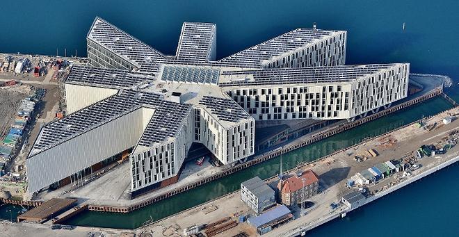 Hvide tage på FN bygningen i København.