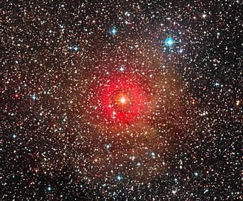 En stjerne viser sig nu at være hele 1.300 gange større end Solen. Den er meget passende af klassen gul hypergigant. Foto: ESO/Digitized Sky Survey 2