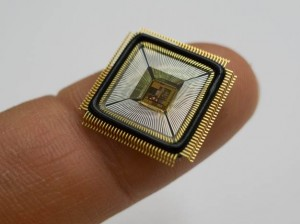 Chippen i det nye helt indopererede og dermed usynlige cochlear implant er den lille kvadrat midt den store firkant. Foto: Bragt med tilladelse fra Anantha Chandrakasan fra MIT.