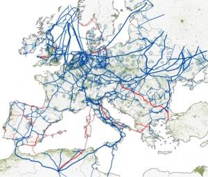 Europas gas bliver pumpet frem gennem rørledninger. De røde rørledninger på grafikken er planlagte, medens de blå er i drift. Grafik: Queen Mary University of London.