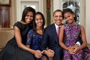 Obama familien har gjort noget ved hårets krøller, og det er både almindeligt og ofte også skadeligt. Med mindre man simpelthen klipper krøllerne af. Foto Pixabay