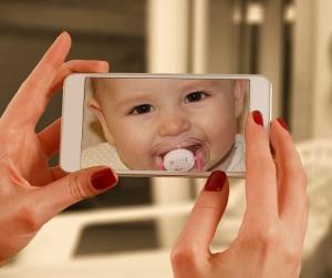 Mødre, der snakker meget i mobiltelefon under graviditeten, får børn, der taler godt. Foto: Pixabay