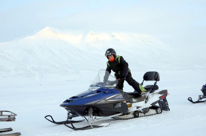 På snescooter igennem Svalbards vinter.